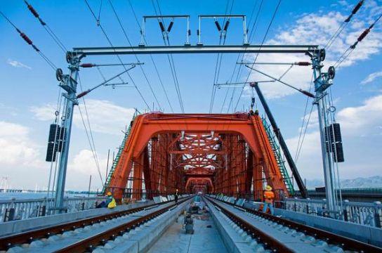 京张高铁官厅水库特大桥第一拱首批次上弦杆洗墙灯调试点亮昆山